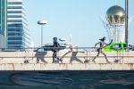 Мужчина идет по мосту в Нур-Султане