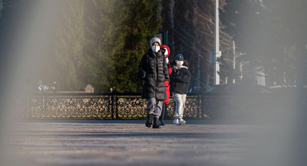 Люди в масках идут по улице Нур-Султана