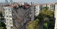 Вид с воздуха: здание, поврежденное после землетрясения в Измире