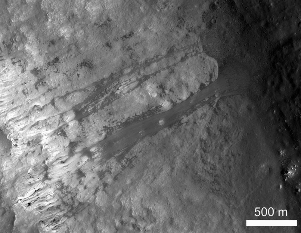 Айдың көрінетін жағында орналасқан Кеплер кратеріндегі көшкін. Көшкін Айда да болады!