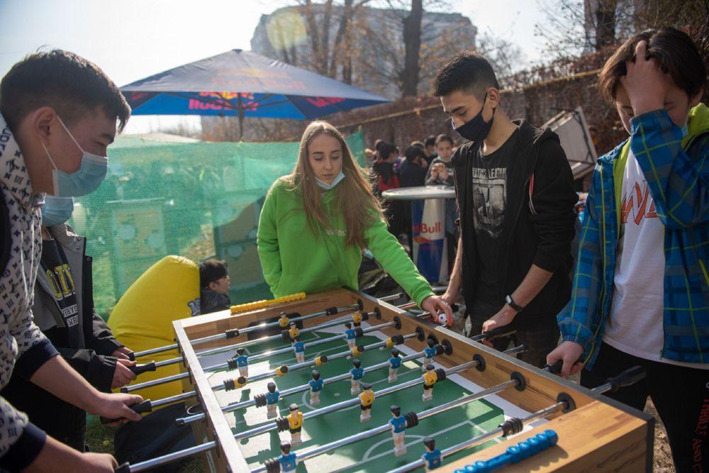 Кроме того, на площадке фестиваля были предусмотрены различные зоны, на которых можно было поиграть в настольные и видеоигры.