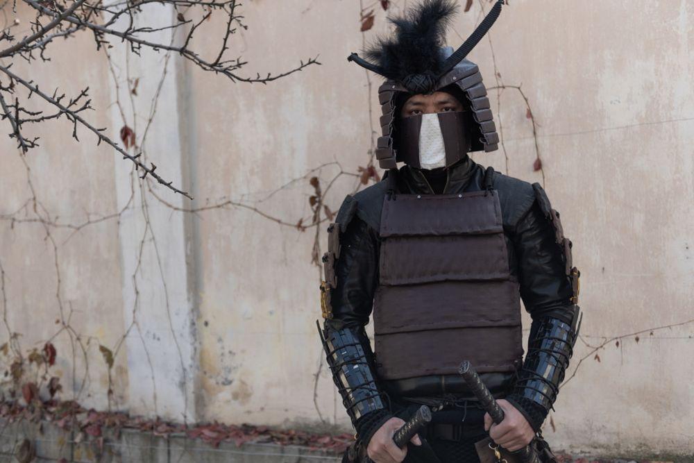 Повстречался на мероприятии нам и самый настоящий самурай японского острова Цусимы. Автор образа по имени Шавкат рассказал, что сделал костюм собственными руками из пластмассы и кожи. Получилось впечатляюще.