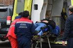 Мужчина на носилках в машине скорой помощи