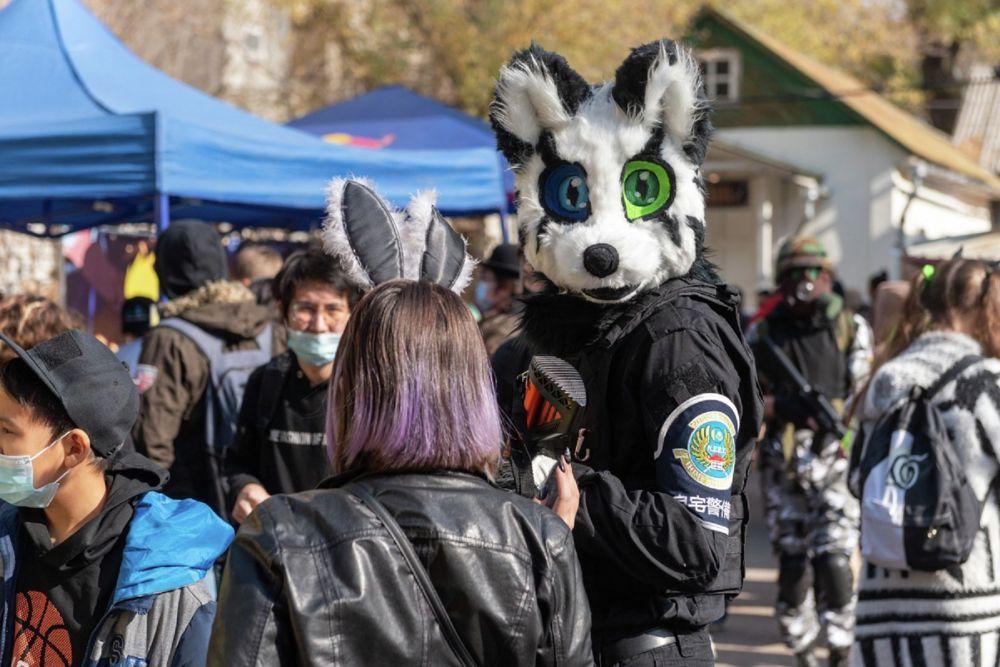 Представитель диванной гвардии в образе зайца-бойца спецназа. Маску он не снимал на протяжении всего фестиваля.