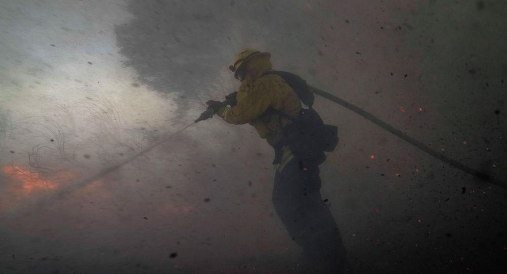 Пожарный в облаке пепла