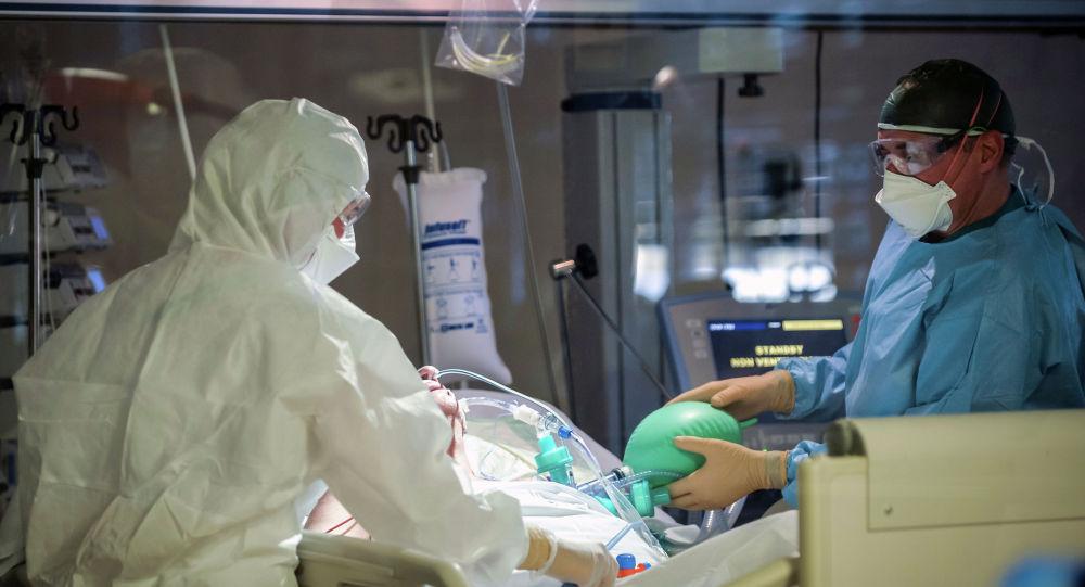 Врачи в реанимации в больнице с коронавирусом