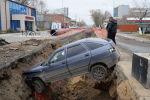 Автомобиль упал в ров, вырытый коммунальными службами в Петропавловске