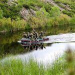 Военные сплавляются по реке