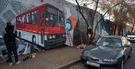 Граффити занимает довольно большую площадь - почти в 150 метров длиной и 5 метров шириной