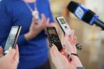 Журналисты с диктофонами в руках