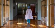 Врач идет по коридору Научного центра акушерства, гинекологии и перинатологии