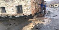 Порывами сильного ветра в Восточном Казахстане сорвало кровлю зданий