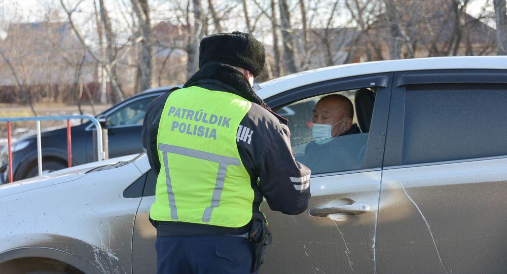 Полицей құжаттарды тексеріп жатыр