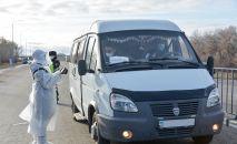 Врач просит открыть окно пассажира в микроавтобусе близ блокпоста