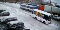 Электр бағанына соғылған автобус