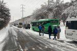 Пробка, образовавшаяся из-за заноса автобуса по дороге на озеро Иссык