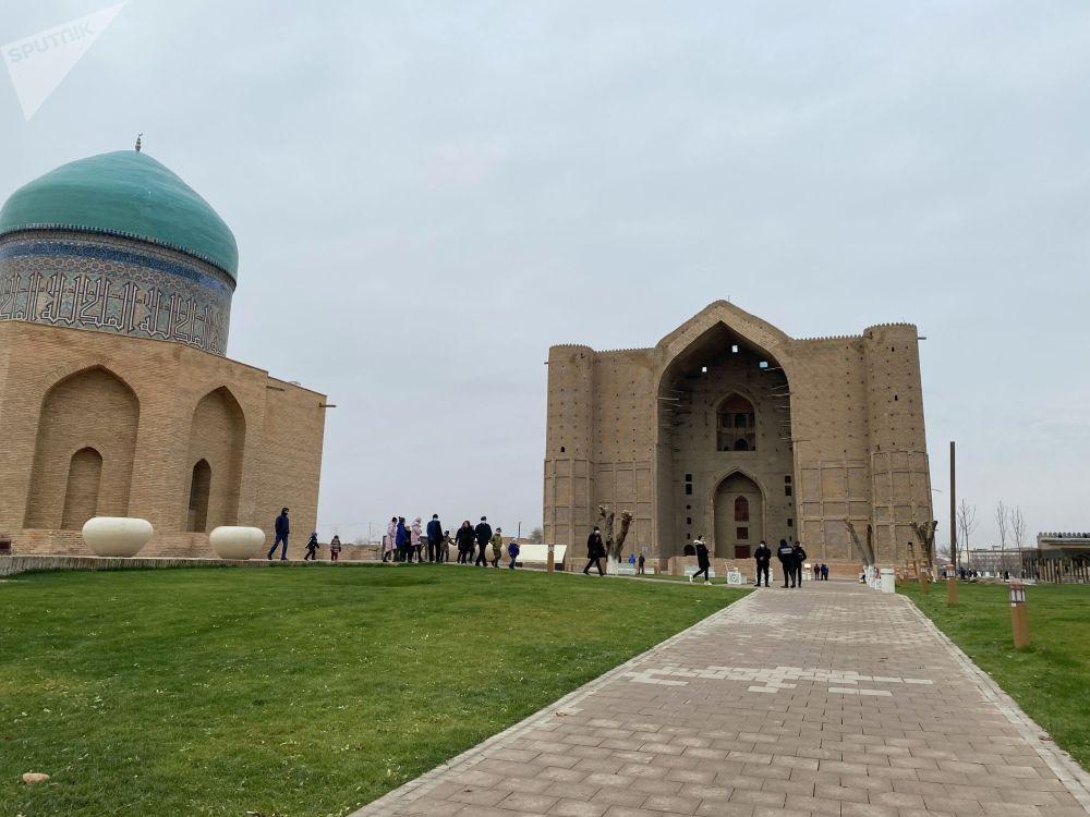 Көне шаһардың символы саналатын Қожа Ахмет Ясауи кесенесі маңында да абаттандыру жұмыстары жүргізіліп жатыр