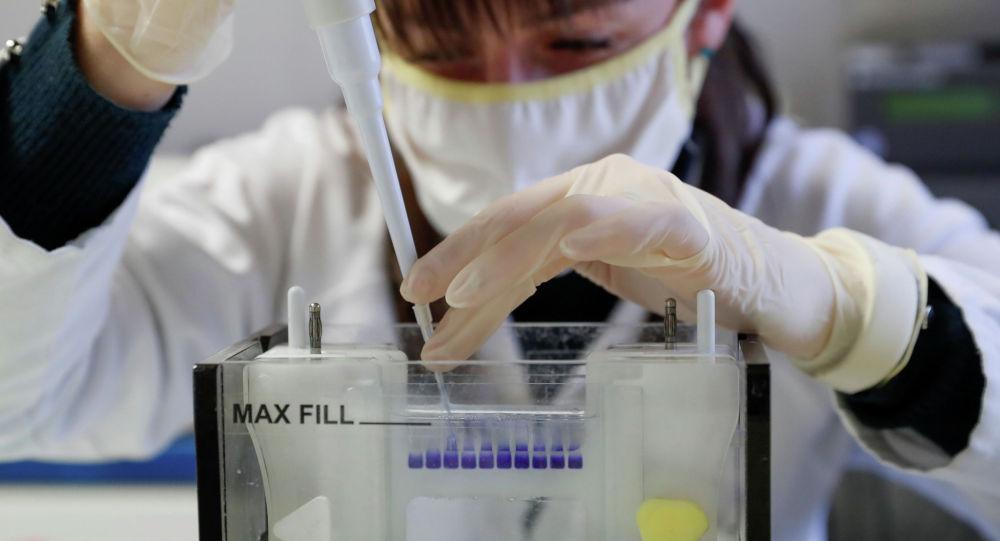 Сотрудница лаборатории проводит исследования в рамках разработки вакцины от коронавируса