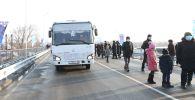 Автобус и пешеходы на новом мосту в Талдыкоргане