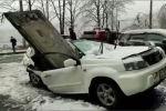 Бетонная плита упала  с девятого этажа на припаркованный у дома автомобиль