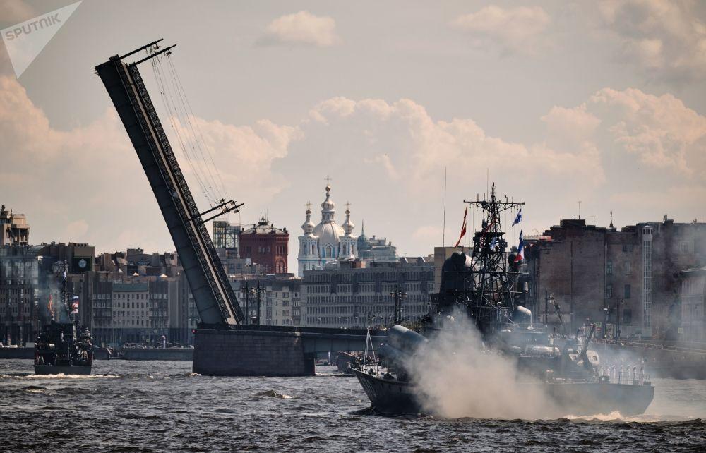 Әлемдегі ең ауыр көтерме құрылыс саналатын Құймалы көпір, Санкт-Петербург