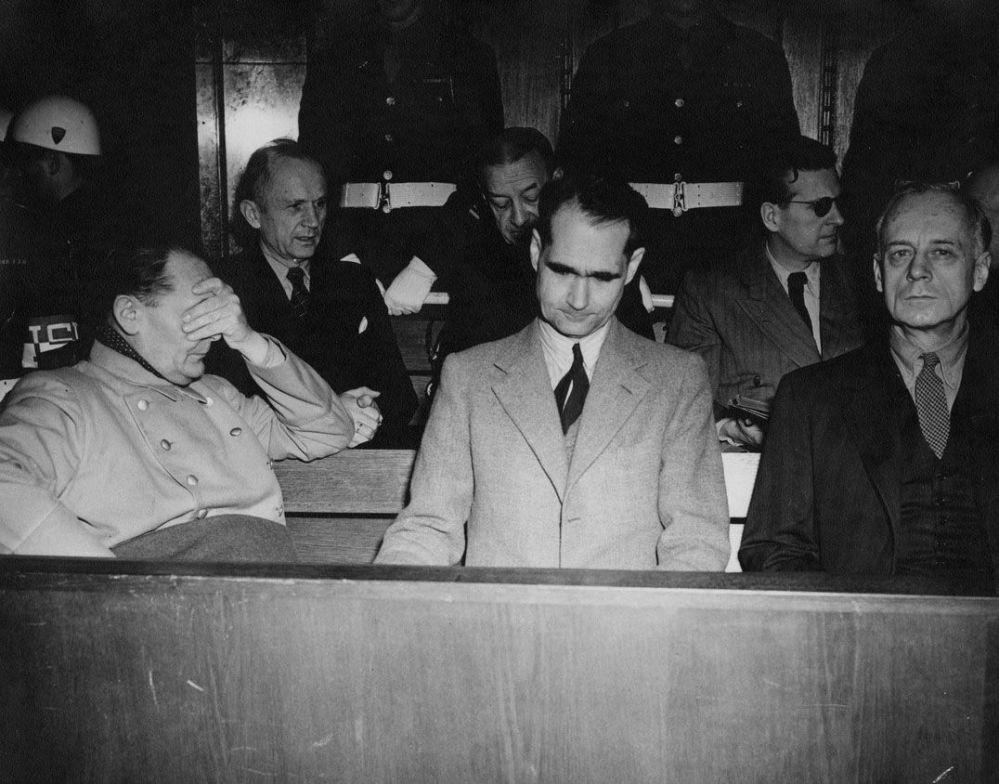Нюрнберг процесінде Герман Геринг, адмирал Карл Дениц, адмирал Эрик Редер