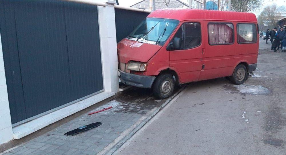 Алматинец украл микроавтобус, проехал 50 метров и врезался в забор