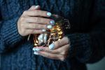 8 идей для новогоднего маникюра, которые мы подсмотрели в салонах Алматы