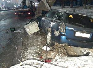 Авто врезалось в столб и дерево