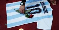 Люди оплакивают смерть легенды аргентинского футбола Диего Марадона в Неаполе