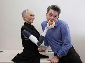 Hanson Robotics компаниясының негізін қалаушы Дэвид Хэнсон Гонконгта робот Софиямен бірге