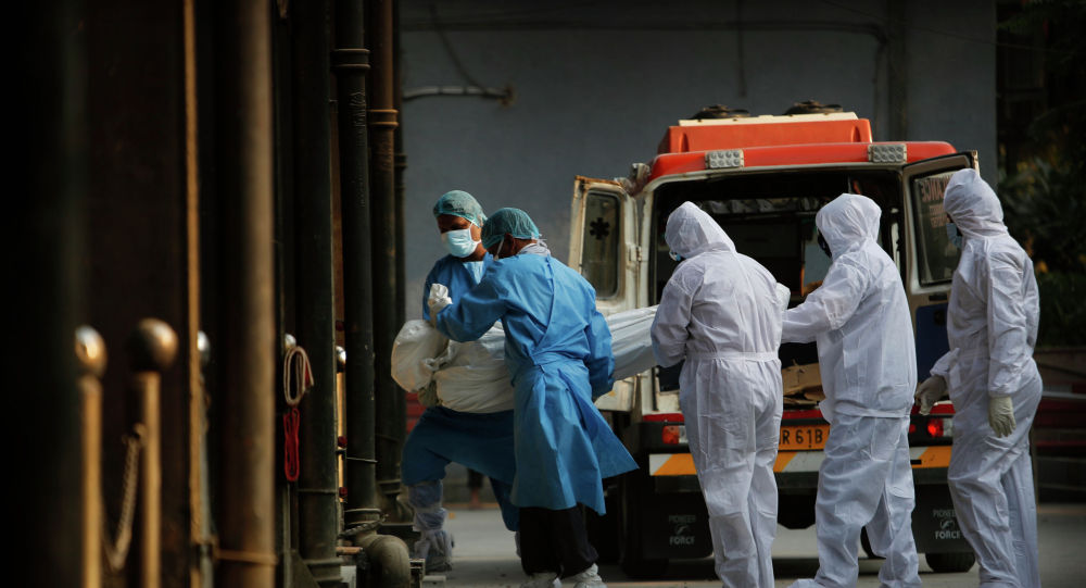 Работники скорой и морга вносят тело погибшего от коронавируса