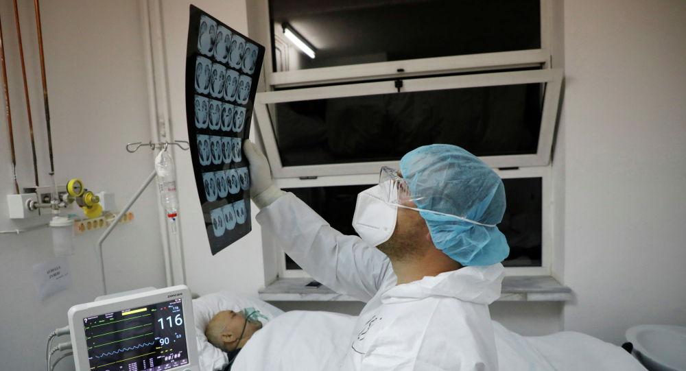 Врач изучает результаты компьютерной томографии пациента из реанимации в больнице с коронавирусом