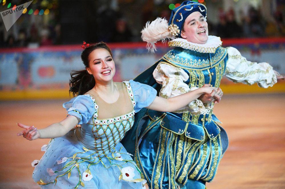 Мұз айдынының ашылу салтанатында Олимпиада чемпионы Алина Загитова өнер көрсетті. Ол Ұйқыдағы ару. Екі патшалық туралы аңыз мюзиклінен үзінді орындады.
