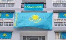 Флаг Казахстана на балконе и окнах в Олимпийской деревне, архивное фото