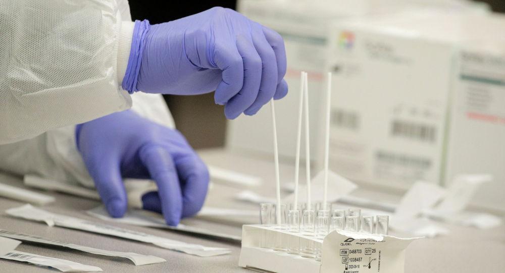 Медик готовит к использованию ПЦР-тесты для анализа на коронавирус