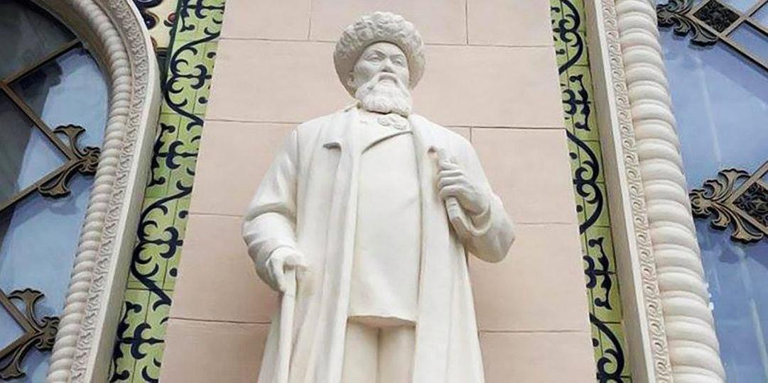 Воссозданный памятник казахскому акыну Жамбылу Жабаеву в павильоне Казахстан на ВДНХ