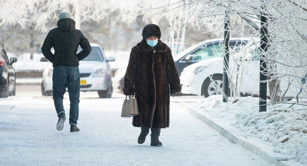 Люди на заснеженных улицах
