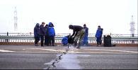 Трещину на мосту заливают битумом в Таразе