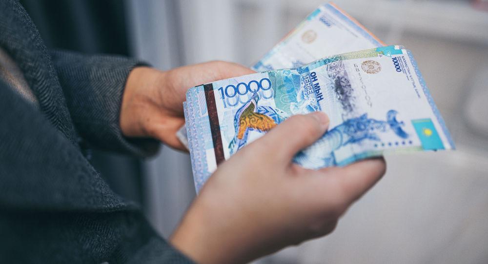 Человек считает бумажные деньги