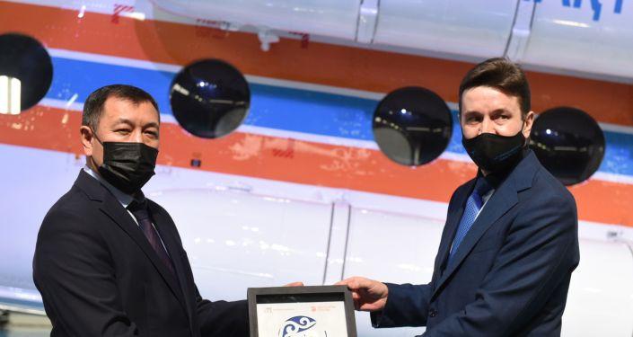 Председатель правления АО НК «Казахстан Инжиниринг Адильбек Сарсембаев с первым заместителем генерального директора АО Вертолеты России Сергеем Фоминым