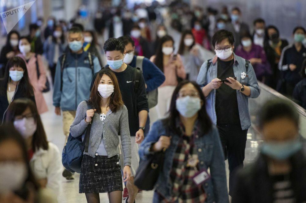Гонконг қаласының маңындағы метро станциясында медициналық маска таққан адамдар.
