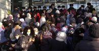Сотни людей столпились за бесплатными коврами в Шымкенте