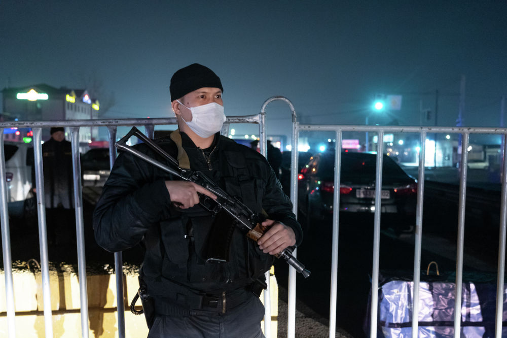 Полицейские и военные заступили на дежурство у блокпостов вокруг Алматы во время жесткого карантина
