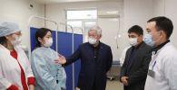 Бердибек Сапарбаев посетил Таразскую городскую больницу и обсудил с медиками ход испытаний казахстанской вакцины на добровольцах