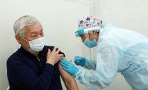 Бердибек Сапарбаев привился казахстанской вакциной от коронавируса