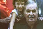 Джеймс Духан со своей внучкой в 2004 году