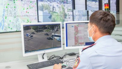 Мониторды бақылап отырған полицей
