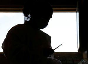 Медик готовит шприц для вакцинации от коронавируса