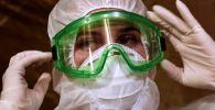 Врач готовится к смене в больнице с коронавирусом